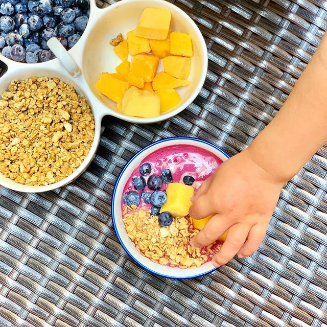 Homemade playa bowls! Put these on your must-make list before back-to-school. This version uses a trio of blended fruit to create a base that's ice cream-like and so refreshing. Get the recipe in the link in our profile or here: https://www.peasfulkitchen.com/blog/2019/8/19/diy-playa-bowls