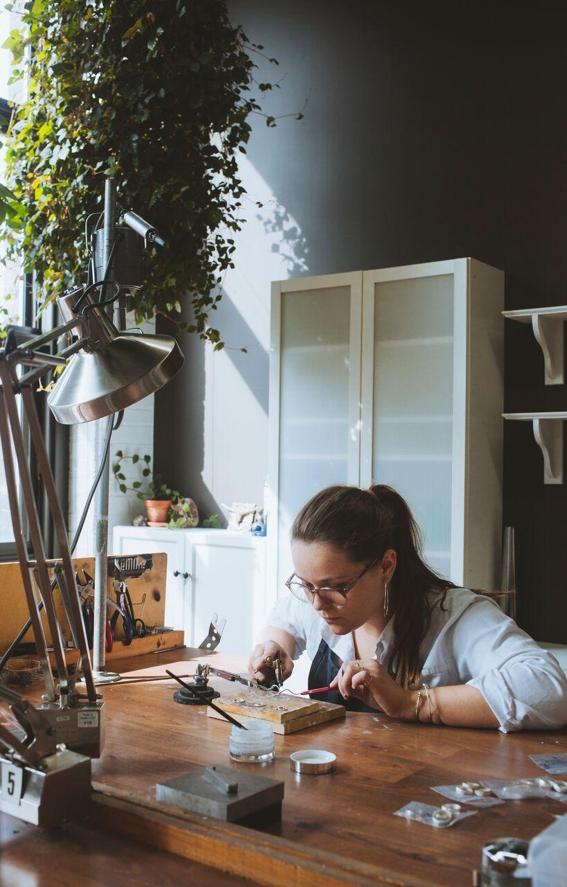 SarahBijoux - Moi à l'atelier.jpeg
