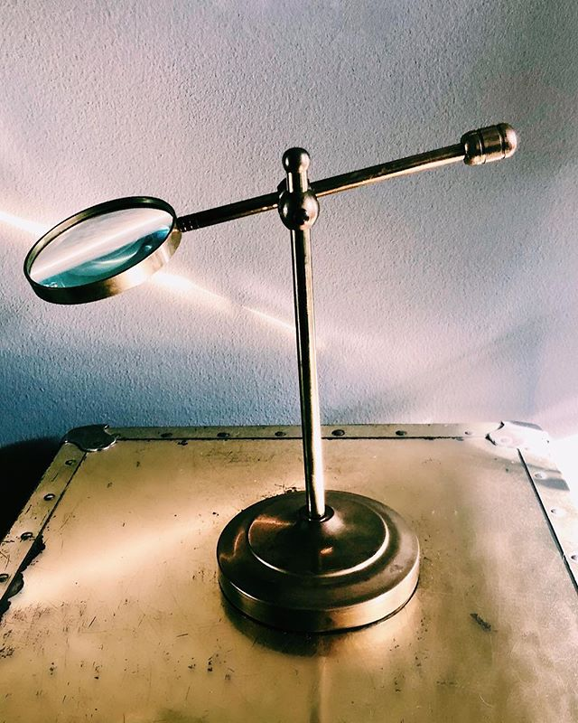 D € S K • C U R I O S I T I € S 🔍      seriously rad brass magnifying glass to spruce up that home office or study | get it in the shop (link in bio) . . . . . #brass #vintage #vintagestyle #vintagehome #vintageshop #shopvintage #uniquevintage #eclectic #eclecticdecor #shoplocal #tresorcru #betterthannew #midcentury #magazineholder #magazine #brassisback #vintagedecor #gifts #giftideas #giftshop #hollywoodregency #brassforeva #brassy #vintagebrass #gold #goldobsession