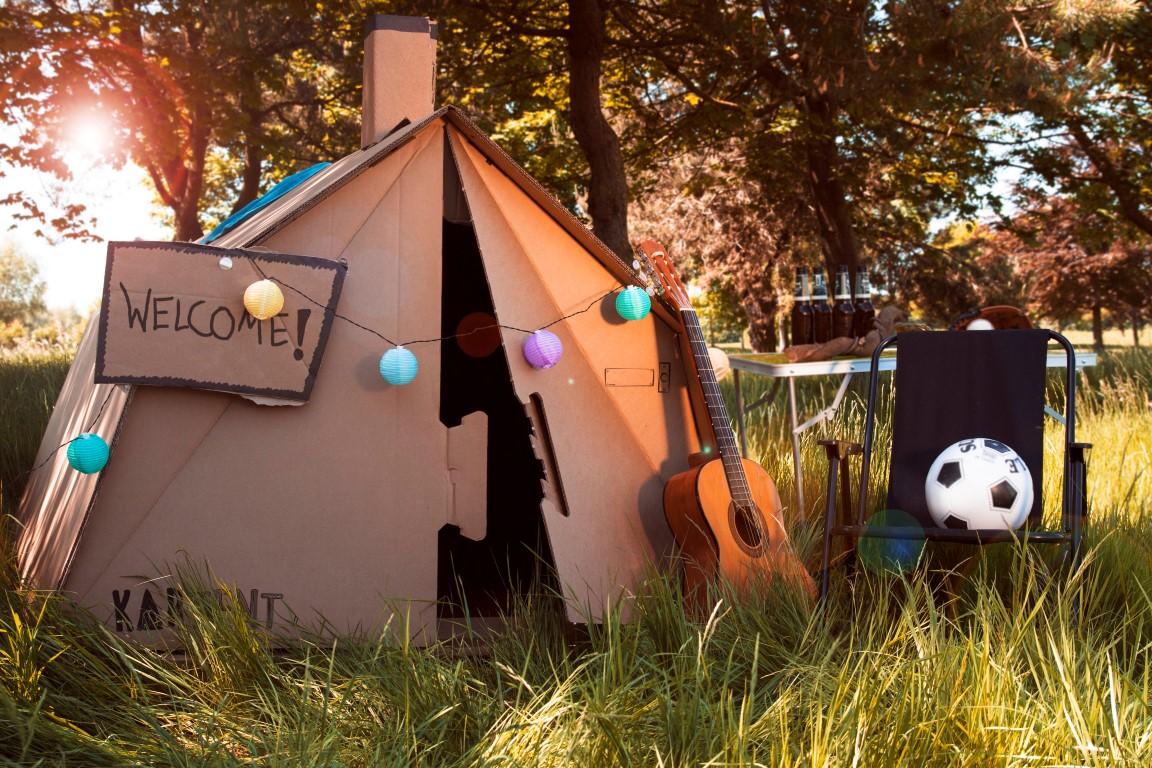 Des vacances en carton - Une révolution écologique dans le monde du camping : les tentes en carton ! Deux jeunes étudiants ingénieurs hollandais ont eu l'idée de proposer une alternative écologique aux tentes de camping traditionnelles qu'1 personne sur 4 abandonnait dans les festivals musicaux. Depuis, Natur'Concept les accompagne et distribue ses produits sous la marque Kartent France.