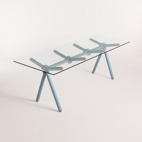 CLAVEX - Cette table est le résultat de la combinaison de 3 déchets.Le plateau est récupéré chez un fabricant de parois en verre. Les pieds, vous les aurez reconnus, sont assemblés à partir d'éléments d'échafaudages trop vieux pour garantir une utilisation en toute sécurité. Et le 3ème déchet alors ? La peinture !