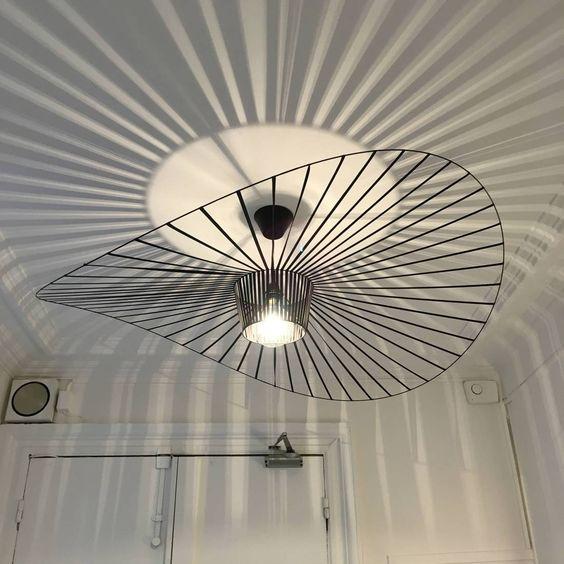 Et Ce luminaire ? - Très intéressant car il produit une lumière directe pour toutes les personnes se trouvant en dessous mais aussi une forte lumière indirecte projetée au plafond. L'abat-jour étant composé de plusieurs rubans, il produit aussi un éclairage décoratif par le biais du jeu d'ombres et de lumières.Suspension Vertigo de Constance Guisset pour Petite Friture