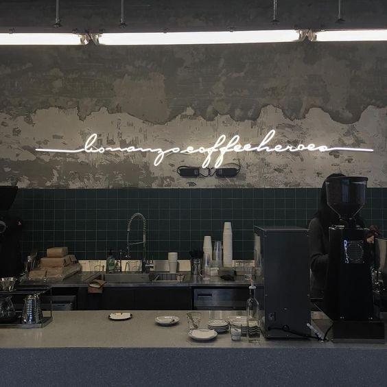 Dans ce bar, direct ou indirect ? - Lumière directe et fonctionnelle au-dessus du bar, indirecte pour le néon.Bonanza Coffee Heroes, Berlin
