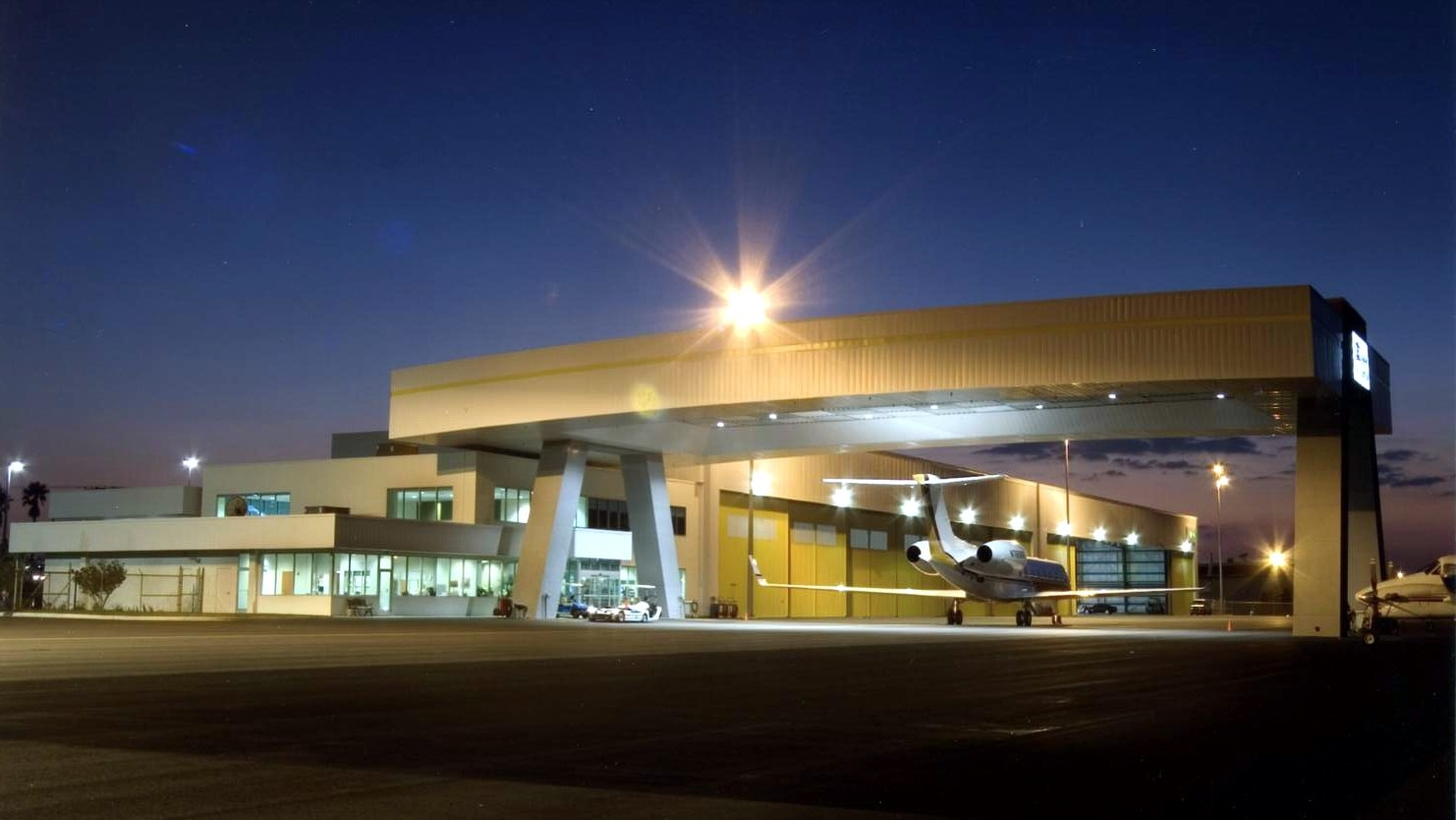 Rotation of Tampa International Jet Center night 5-17-05.jpg