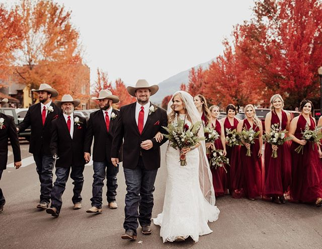 And here we have one pretty dang good lookin' wedding tribe that we're wishing we could have been a part of! Image by // @shanabaileyphoto ⠀⠀⠀⠀⠀⠀⠀⠀⠀ :⠀⠀⠀⠀⠀⠀⠀⠀⠀ :⠀⠀⠀⠀⠀⠀⠀⠀⠀ #westernwedding #buckskinbride #rusticwedding #countrywedding #ranchwedding #westernbride #cowboywedding #countryweddingblog #cowgirlwedding #ranchlife
