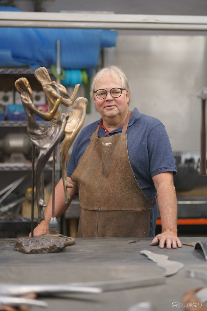 Jacques Brochu - Faire vivre les oiseaux à travers le métal et le cuivre, telle est sa vision. Bénéficiant d'une expertise technique de plus de 30 ans dans le domaine de la carrosserie, manipulation du métal, l'art du polissage et de l'application des vernis de finition, il a débuté sa recherche artistique en 2008.Homme proche de la nature et d'une grande sensibilité, après avoir testé différentes approches, Jacques a finalement opté pour la création d'oiseaux en métal, en cuivre et en aluminium. Insuffler émotions et légèreté au métal est pour lui un défi perpétuel. En véritable alchimiste, il parvient à donner vie à ses œuvres de façon magistrale. Tout en courbes, ses oiseaux nous invitent à nous évader avec eux!Tout récemment, il a commencé à créer des bronzes. Il expose ses œuvres à la Galerie Béliveau à St-Sauveur, ainsi qu'au restaurant Plaisir et Saveur à Victoriaville. Il participe à plusieurs symposiums à travers le Québec depuis 2014.