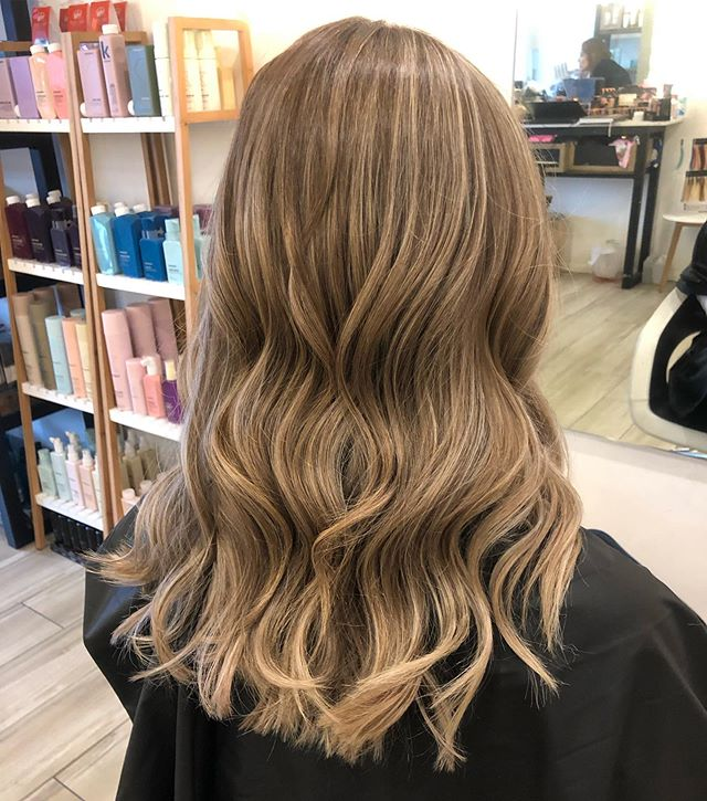 It's amazing how a fresh cut colour and treatment can make your hair actually appear longer and fuller! Check the before and afters swipe 🔙. . . @colourthesmartway @lorealpro @laurenghairmakeup @kerastase_official . .
