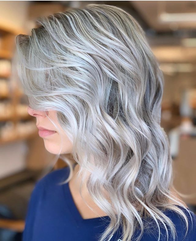 Iced out ❄️ by @mackenzi.moxie . . . #goldwell #moxiebabes #moxiebluesalon #icyblonde #goldwellapprovedus #bestofphilly #phillybesthair #blond #oldcityphilly #behindthechair #modernsalon #americansalon #bangstyle #phillyhaircraft