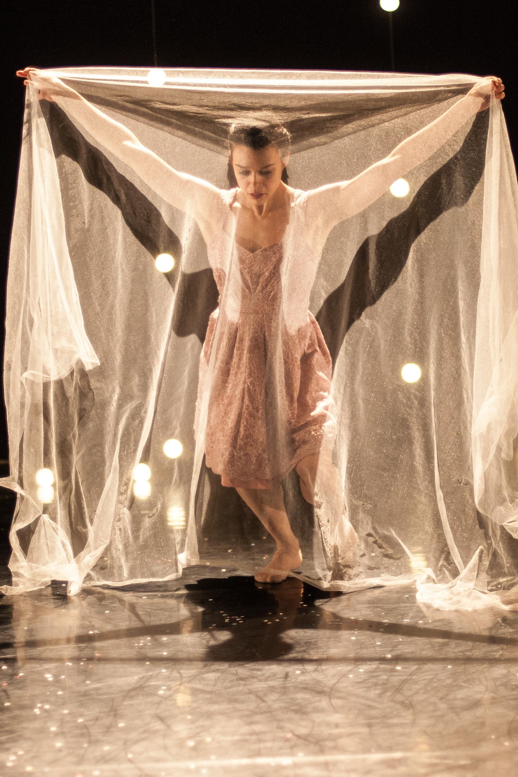 Umanoove in 'The Knot - dancer Sara Harton - photography Chris Nash.jpg
