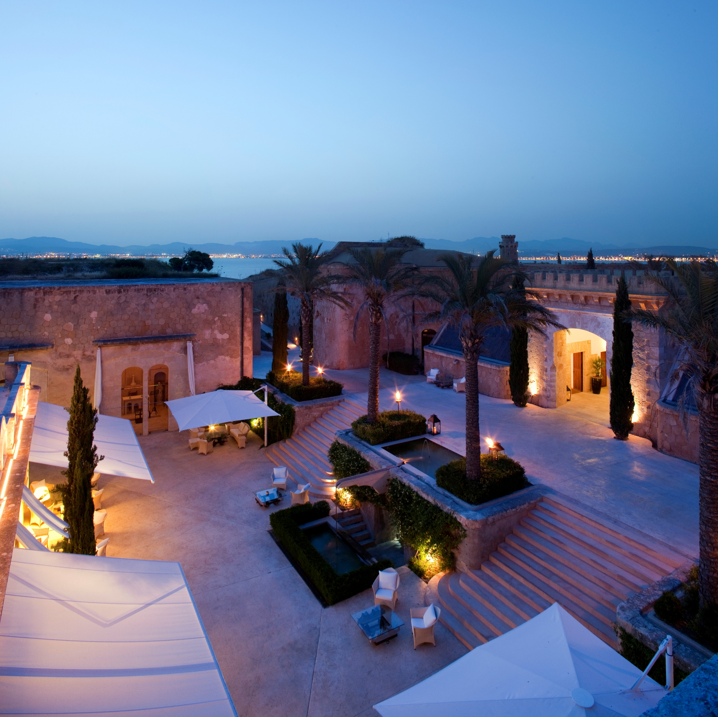 CAP ROCAT courtyard at night seen from above .3.5MB.JPG