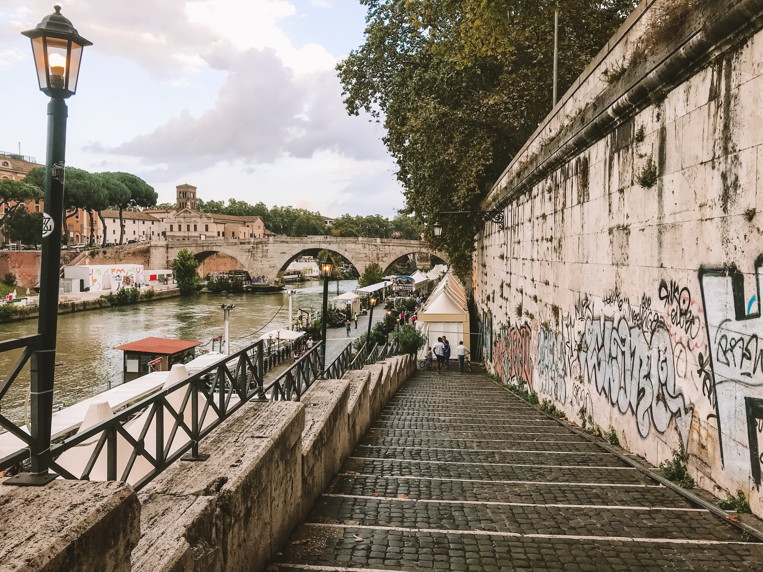 A walk by the Tiber River