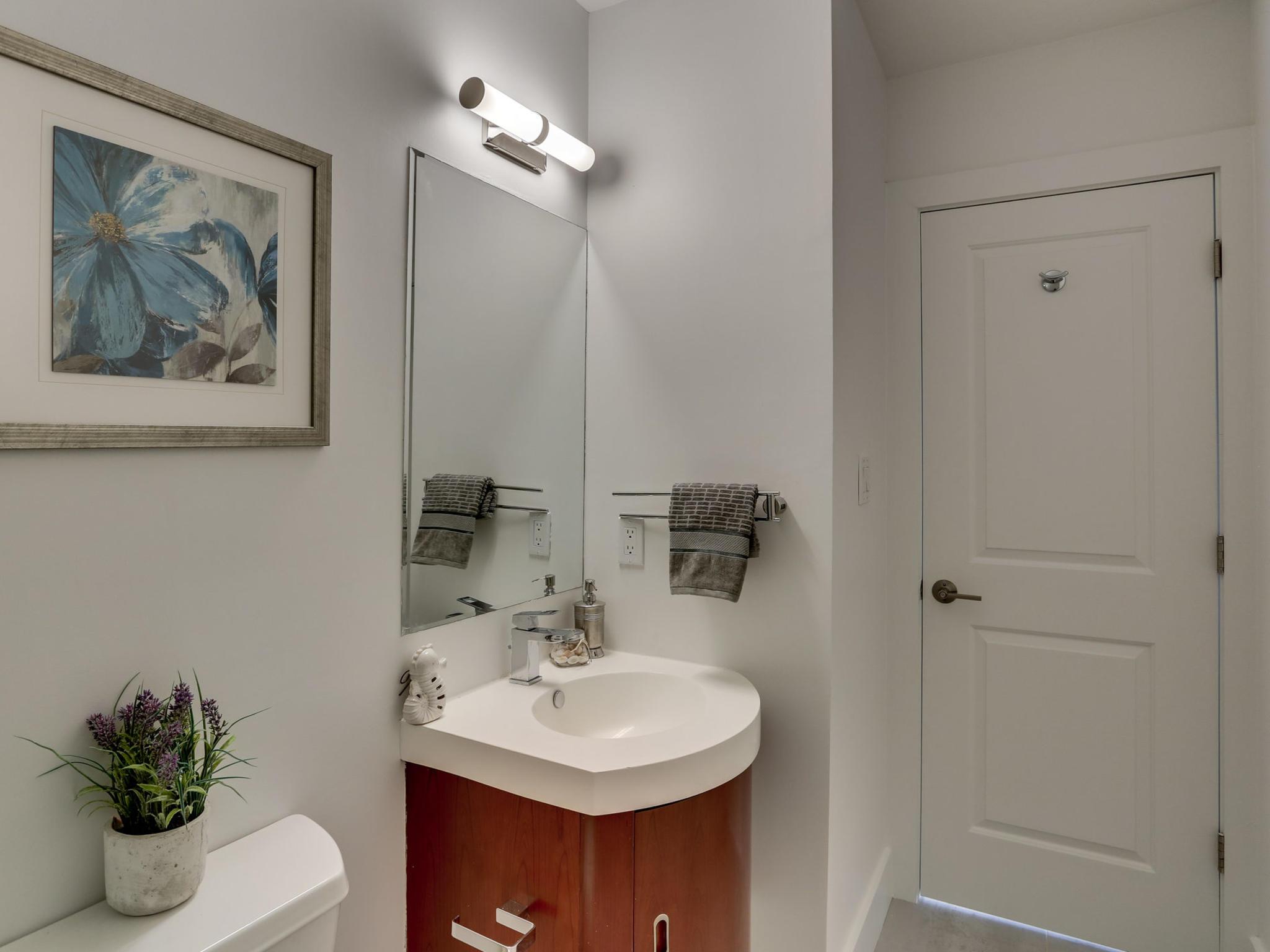 1421 Florida Ave NW 7-MLS_Size-030-32-Bathroom-2048x1536-72dpi.jpg