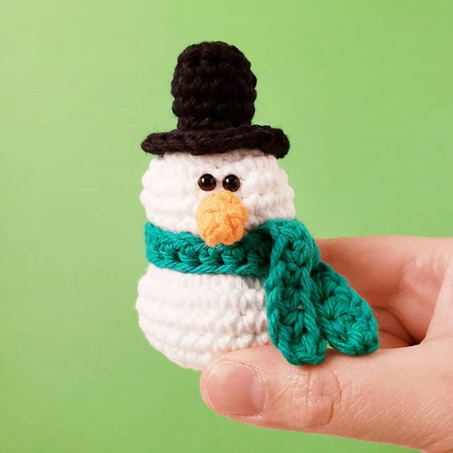 It hasn't really snowed in NYC yet, but I'm still making some snowmen! New free crochet pattern up on the blog! Get the link in bio. ⛄⛄⛄