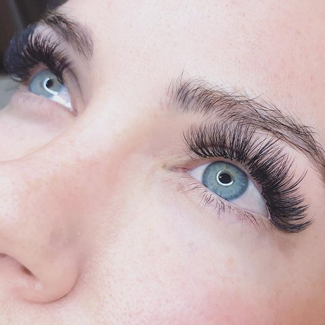 Look at that fluff!!🌈🌈🌈🌈 FACT! Lash extensions not only enhance what you have naturally but can do so in a way that make you feel gorgeous inside & out💕 Enjoy your weekend dolls💋
