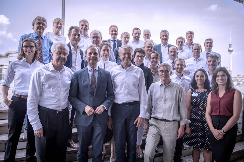 Die Teilnehmerinnen und Teilnehmer der ersten Lenkungskreissitzung der Circular Economy Initiative Deutschlands (CEID) mit Vertretern der Geschäftsstelle der CEID und des Kooperationspartners SYSTEMIQ.