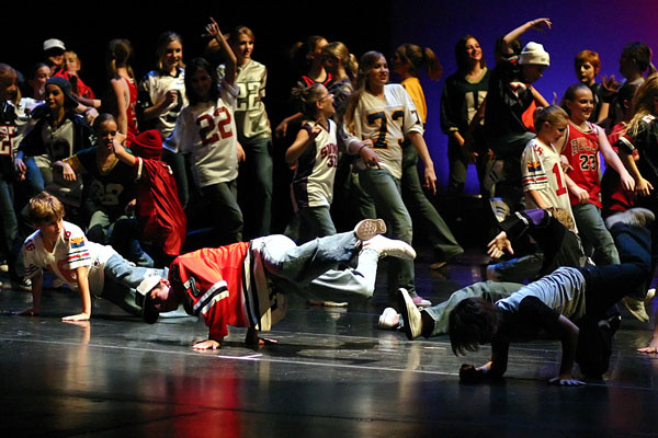 Американцы бесплатно научат ташкентцев читать рэп и танцевать хип-хоп -