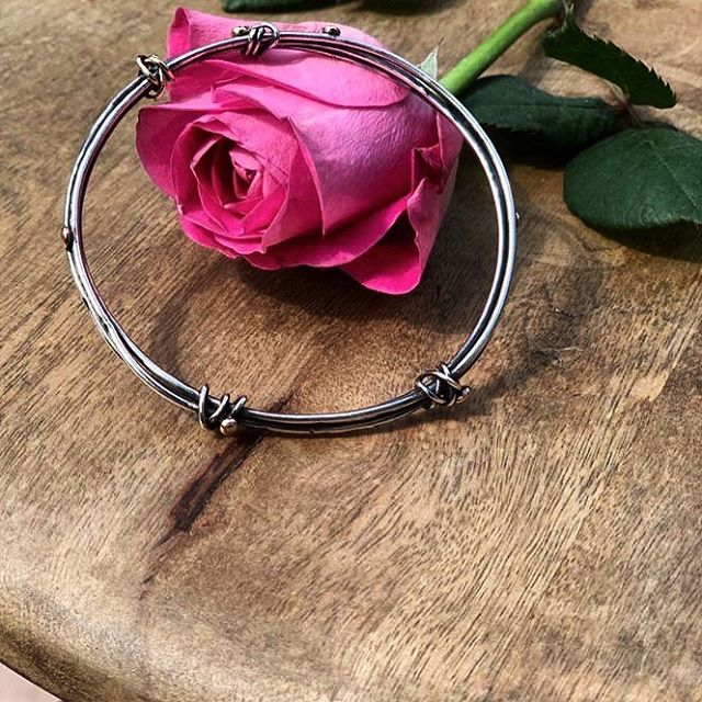 A gift for my mother 🌹 • Family Nest Bangle ➰ combines silver, rose and yellow gold details and a solid yellow gold twist, textured and oxidised