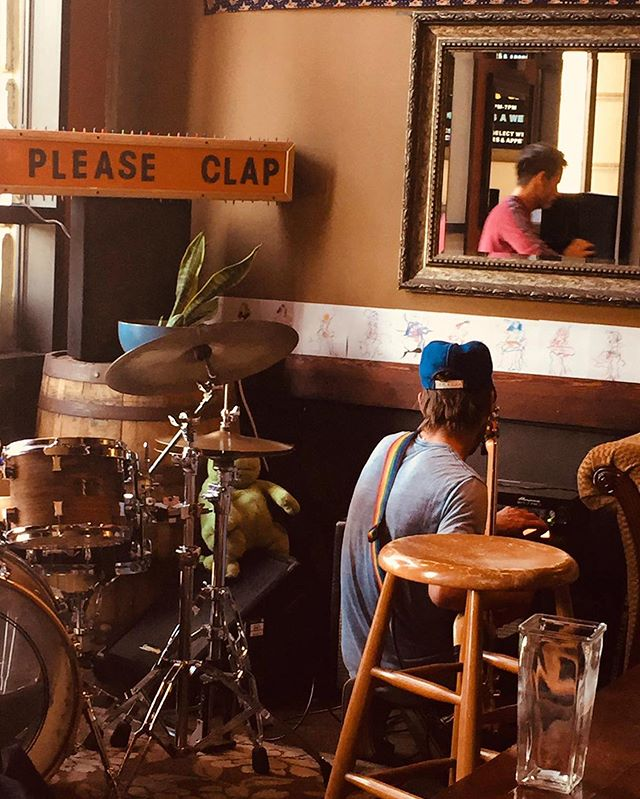 Boss Knob setting up for what will undoubtedly be an evening of radness 🕺🏽💃🏽 #pleaseclap @bossknob #livemusic #funkygroovy #wine #winebar #winebarlb #lbwinebar #thewinebar #dtlb 🍷 🥂 🍻 🎼