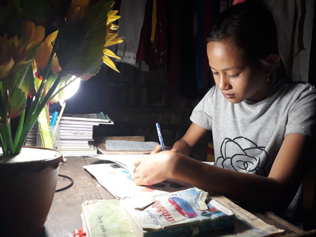 ឡាក់ ចន្ទ្រា ប្រើប្រាស់ចង្កៀងសូឡាសម្រាប់ការរៀនរបស់នាង Lak Chantrea uses solar lamp for her studying.