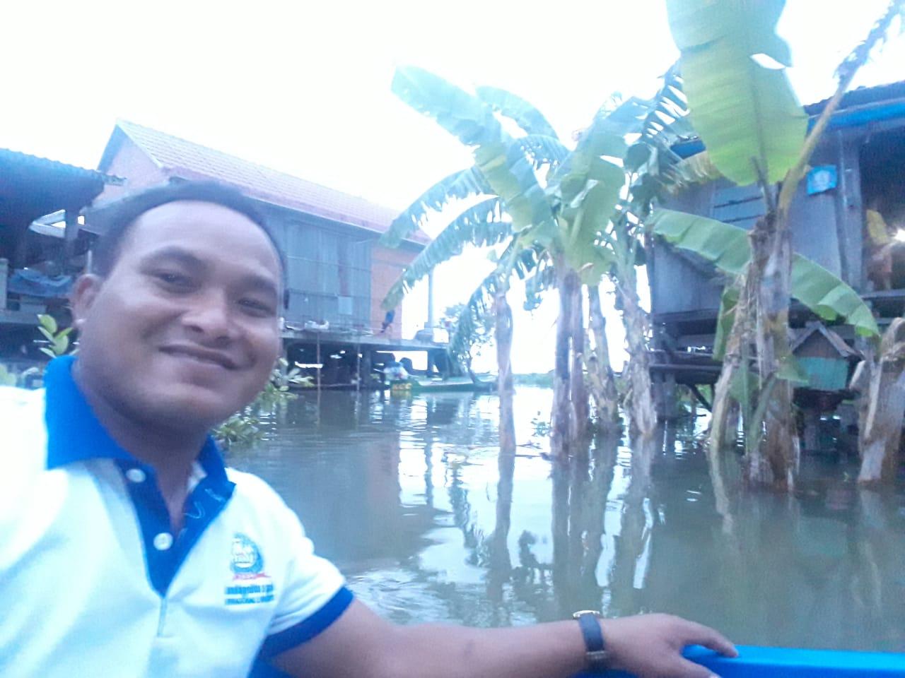 លោកគ្រូ ប្រាក់ អាយ នៅលើទូក ធ្វើដំណើរទៅផ្ទះឡាក់ ចន្រ្ទាTeacher Prak Ay on his way to Lak Chantrea's house in Samrong Sen community