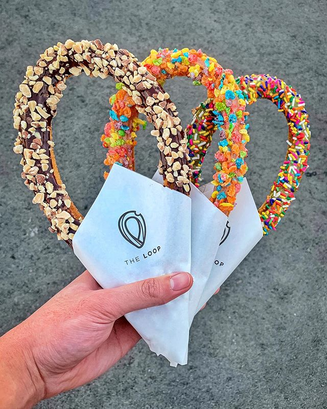 Our Glazed Loop Churros are PERFECT👌🏽 for making your Saturbae a better one 😌 ⠀⠀⠀⠀⠀⠀⠀⠀⠀ Pick one of our Faves😍 OR Customize😋 yours to have it glazed then topped with,⠀⠀⠀⠀⠀⠀⠀⠀⠀ •Chocolate🍫+ Almonds (left) •Strawberry🍓+ Fruity Pebbles (mid) •Matcha🍵+ Sprinkles (right)