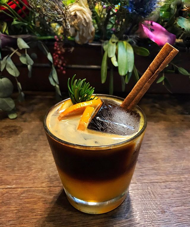 When you need that Caffeine fix but feelin' kinda spicy💃🏽 X Strong Cold brew coffee with orange juice, ginger syrup and spices - it's taste almost savory! It's definitely unconventional but it will tantalize your tastebuds and whet your appetite so you can continue devouring Yaowarat's amazing eats!Wallflower cafe is one of the best hidden gems in yaowarat, it picturesque and rustic ambience is perfect for unwinding.  X Cold Brew, Orange Juice, Ginger syrup, Cinnamon, Rosemary.  X #eat #coffee #foodporn #drinks #mocktails #foodphotography #beautifulcuisines #foodstagram #kitchn #delicious #foodie #foodielife #onthetable #inmykitchen #feedfeed #f52grams #yummylicious #yummyfood #foodheaven #foodstyle #nomnom #drinkporn #coldbrew