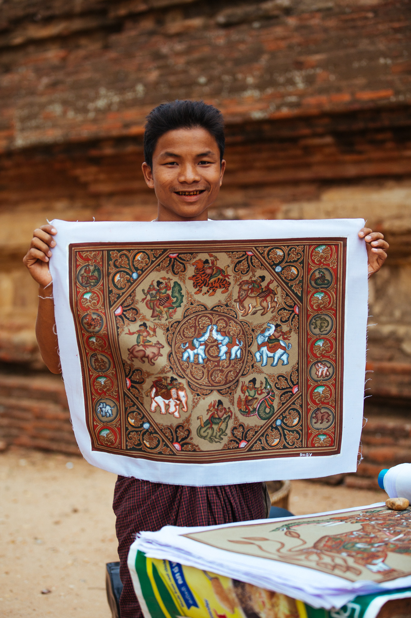 Ruby, one of the peddlers I met showing off his sand paintings. These are intricately detailed pieces with fine coloured sand glued to the fabric