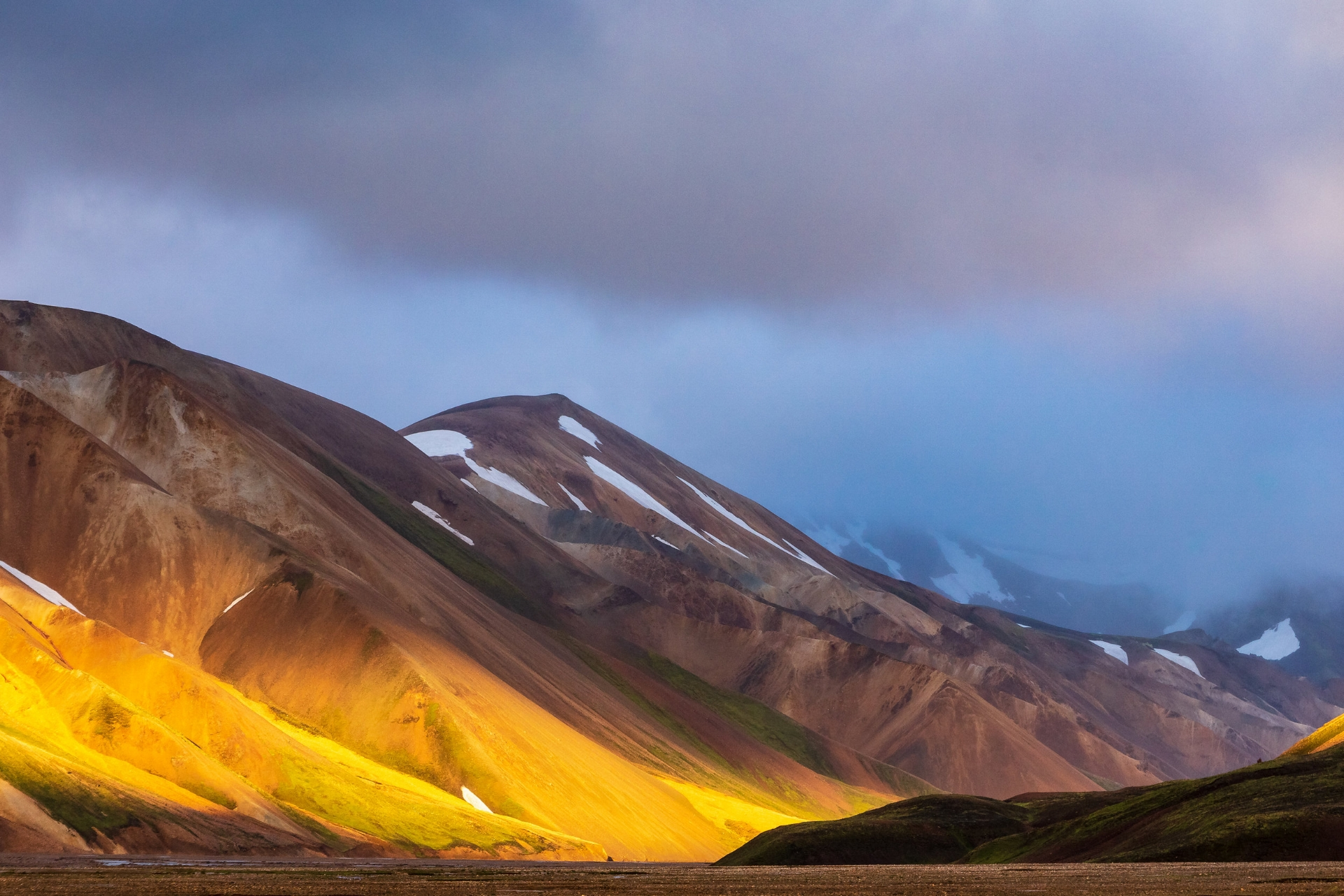 Landmannalaugar shows its hidden mountains of gold when the sun starts setting. Have you been there before or maybe even hiked Laugavegur?