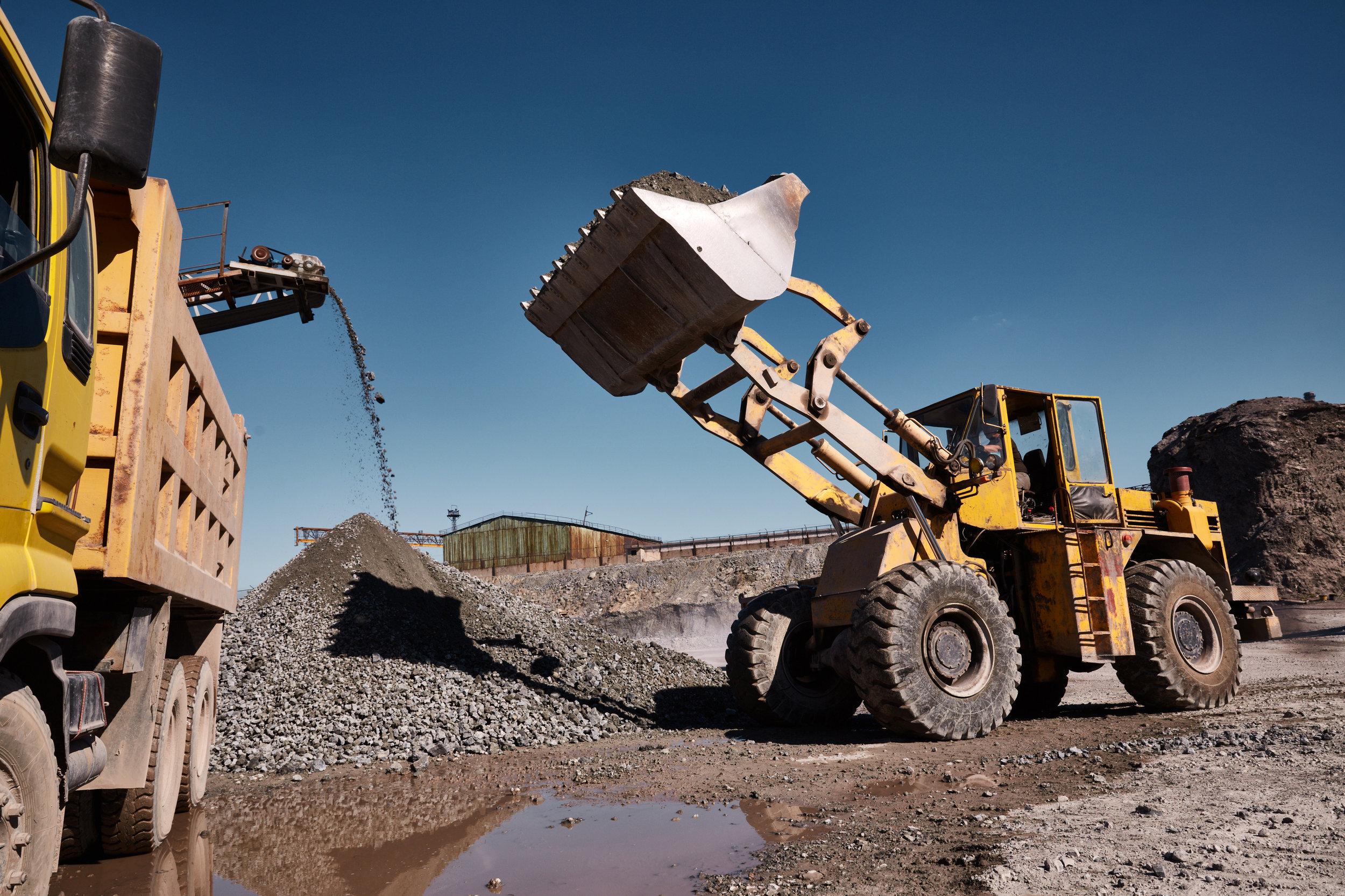 front-loading-excavator-loading-the-truck-D9KFVE8.jpg