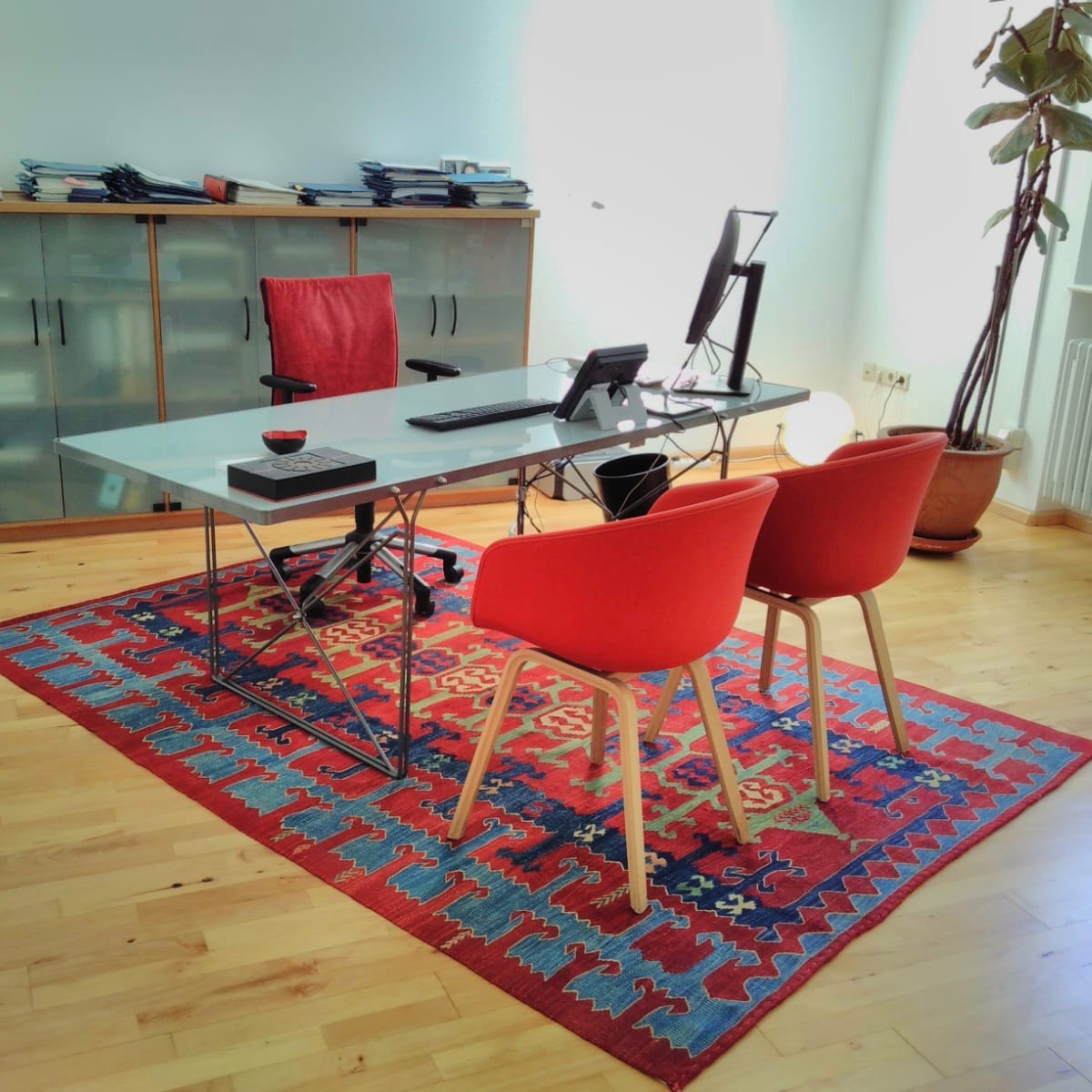 Workspace - A TURKISH KILIM IN COMBINATION WITH DESIGN FURNITURE FOR THE OFFICE OF A LAWYER IN FREIBURG, GERMANY