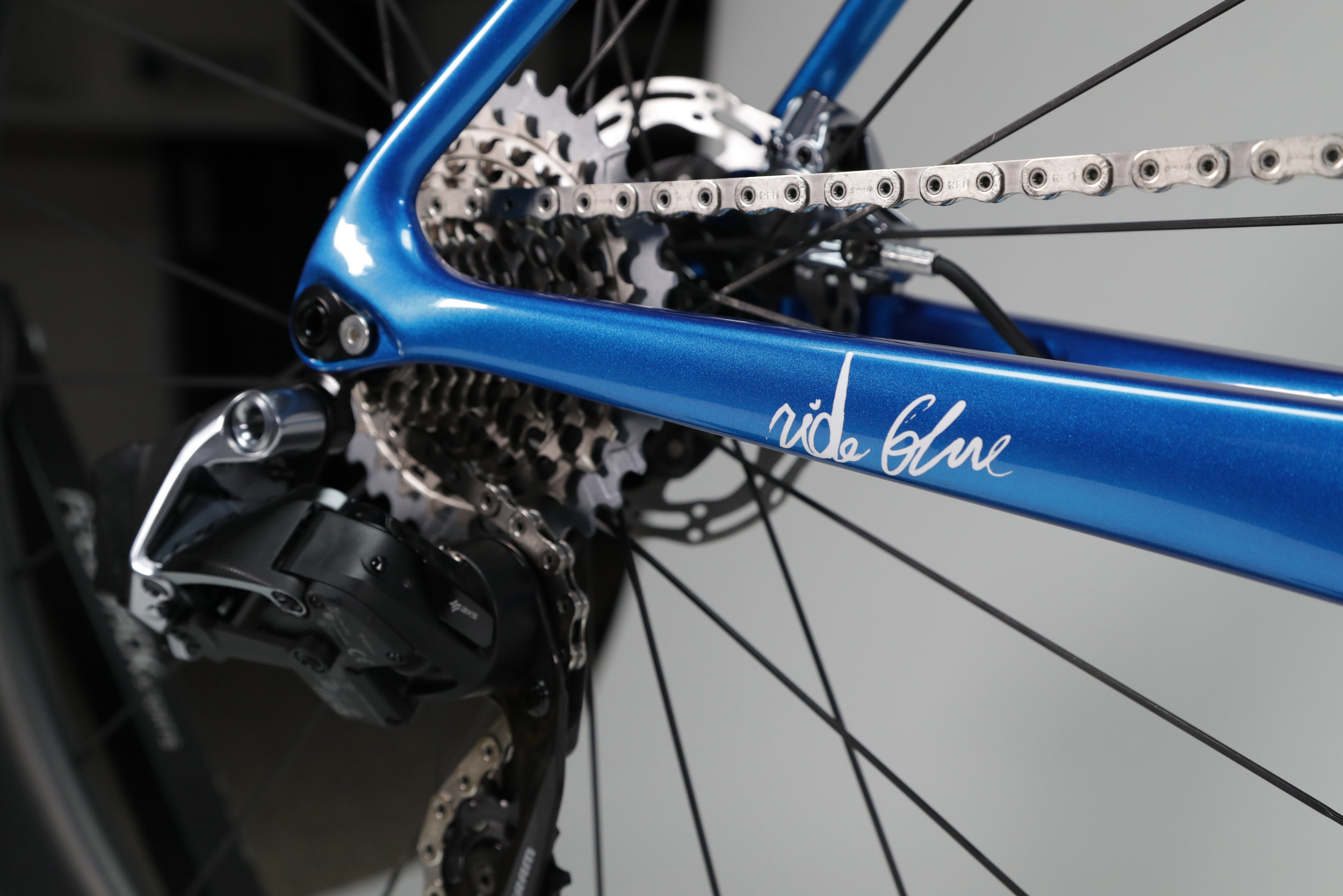 Ovalized chain stays and dropped seat stays provide compliance with increased responsiveness.