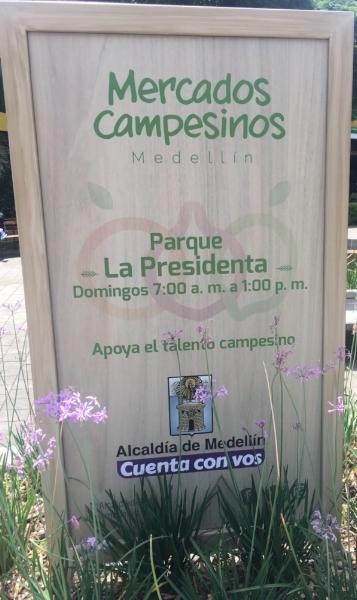 Sign at Parque de la Presidenta advertising the Sunday morning Farmer's Market. Photo by Amanda Draper