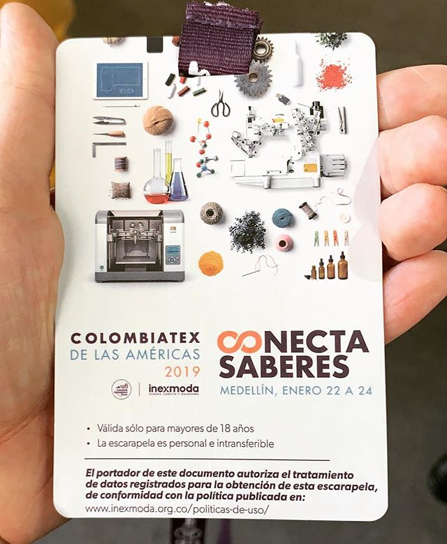 Aprendiendo de las industrias de moda, de la fábrica de moda y los textiles acá en ColombiaTex. Gracias a @inexmoda, esta evento es fascinante. Hay mucho para ver, mucho para aprender. Gracias a la amiga de mi mamá que está de visita en Medellín por trabajo por conseguirme un pase. Tengo esta pie y tobillo torcido pero voy a intentar aprender y disfrutar. Ahorita estoy sentado al área de @coltejer y me siento conectado a la industria colombiana. 📸 @lamonstruita. Y literalmente hay personas del todo el mundo acá pa esta convención acá en @plazamayormed. . I am here at ColombiaTex 2019, our biggest fabric and textile trade show in Colombia. Many people may not know this but Colombia is a huge fashion capital and the capital of Colombia's fashion scene is arguably Medellín. Thousands of people have come from all over the world including Singapore, Brasil, USA, China, and more to visit and do business. Medellín has some great independent boutiques and designers and we have our own fashion week every July, which is #colombiamoda. Also @leonisa the global lingerie company, was started as a family business here in Medellín. If I am not mistaken, at least 90% of Leonisa's garments are made here in Colombia. Coming here I am learning about clothing manufacturing and the whole clothing #supplychain. Many of the textiles exhibited here will become clothes that you might even buy or wear. I never knew how big of a deal this was until this week. I believe it's important y'all know about the business side and Colombian industries, it's not all what you see on TV or Netflix and the media can be deceiving.  #colombiatex2019 #colombiatex #medellin #medellín #moda #fashion #textiles #blogger #writer #industriacolombiana #diseno #design #fashiondesign #travelblogger #colombia #antiqouia #mividaenmedellín #mividaenmedellin