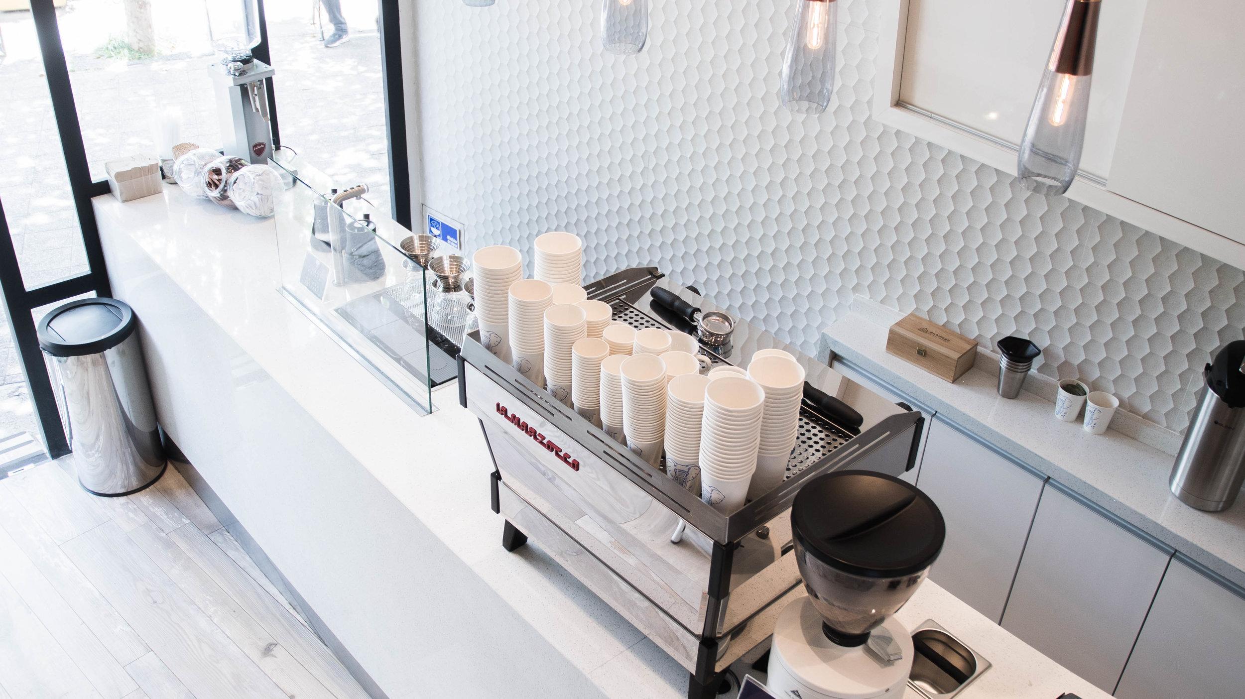 """The Elephant Coffee Pedro de Valdivia - Nuestra tienda de Pedro de Valdivia se encuentra ubicada en Pedro de Valdivia entre Avda. Nueva Providencia y Avda. Providencia, donde estaba la tienda llamada """"Filatelia Clásica"""", en este espacio nos ingeniamos para poder instalar nuestra barra, la que se divide en dos áreas, la sección de filtrados, en donde se preparan cafecitos preparados de manera manual. Para las bebidas a base de Espresso, se encontrarán con una maquina de cuerpo sexy de acero inoxidable, esta es La Marzocco Linea PB. Ignacio y Andrea son nuestros baristas de la tienda, mas Felipe y Daniel que hacen de las suyas en la zona de Caja.The Elephant Coffee Pedro de Valdivia.Pedro de Valdivia 51, ProvidenciaLunes a Viernes 07:00 a 19:30 Sabados 08:00 a 15:00"""