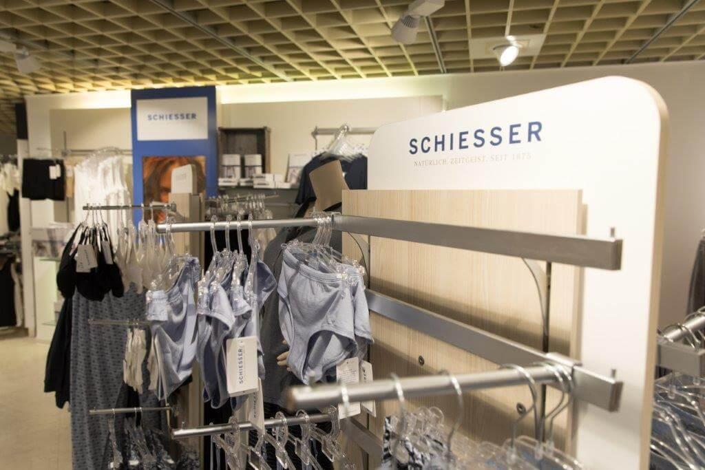 Schiesser - Das Angebot der Wäsche von Schiesser ist vielfältig: vom Bustier, das einen besonders hohen Tragekomfort bietet, über Sportunterwäsche, die funktional und bunt ist, hin zu eleganten Sets aus Bh und Slip, die der Figur schmeicheln. Auch bei der Nachtwäsche können Sie Ihr Lieblingsteil von Schiesser auswählen. So umfasst die Modelinie verschiedene Materialien wie Nachthemden aus Seide und Pyjamas aus feiner Baumwolle. Die Bademode ergänzt das Angebot durch farbenfrohe Bikinis und Badeanzüge, in denen Sie am Pool oder Badesee eine hervorragende Figur machen werden.