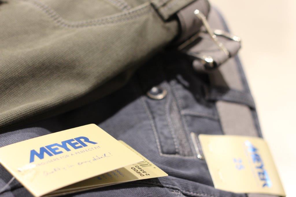 Meyer Hosen - Meyer Hosen ist seit vielen Jahrzehnten der Spezialist für Herrenhosen. Das Unternehmen setzt auf eine materialschonende Herstellung und wäscht die Hosen bereits vor – so können Sie sicher sein, dass sie nach dem Kauf in der ersten Wäsche nicht einlaufen. Zudem sind die Hosen mit dem international anerkannten Fairtrade-Siegel ausgezeichnet.Mögen Sie lieber locker sitzende Hosen oder enganliegende? Im Sortiment von Meyer Hosen finden Sie verschiedene Passformen von Regular Fit über Slim Fit bis hin zu Skinny Fit. Lassen Sie sich gerne von unseren Mitarbeitern beraten, welche Hose Ihnen am besten passt.
