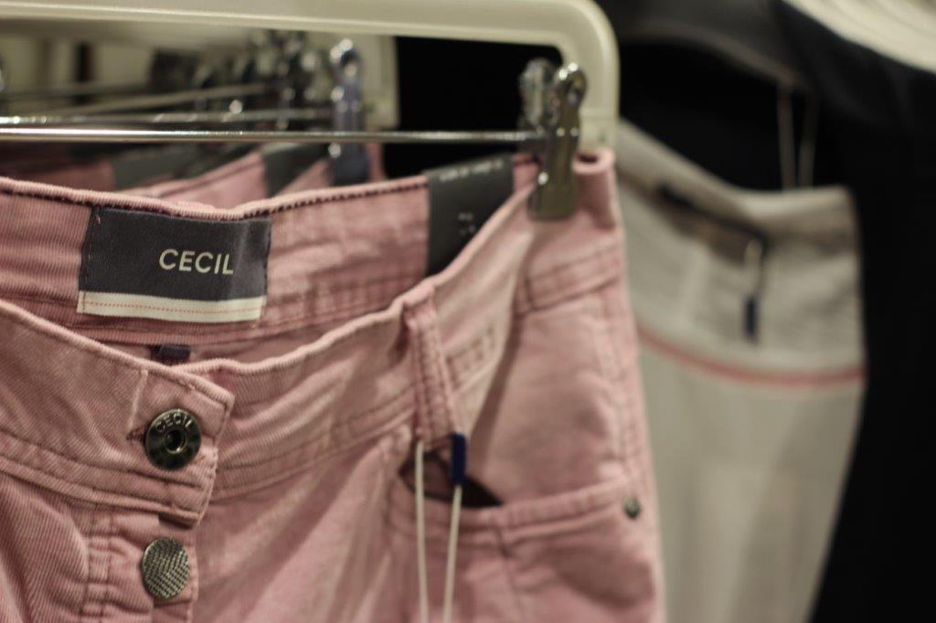 Cecil - Das große Sortiment von Cecil hält abwechslungsreiche Outfits für sie bereit. Neben Basics, wie leicht kombinierbare Cardigans und einfarbige Shirts, finden Sie moderne Kleidung für den Alltag. Ob Wohlfühlhosen mit Flexbund, T-Shirts mit süßen Aufdrucken oder eine schlichte Slim Fit Jeans, die zu vielen Oberteilen passt – wir finden gerne das passende Teil für Sie. Für den Sommer dürfen natürlich Jeans-Shorts sowie Kleider und Röcke für den Alltag nicht fehlen. Hier enttäuscht Cecil nicht und überzeugt mit den knielangen und bodenlangen Designs. Für kalte Wintertage entwirft Cecil moderne und wärmende Jacken.