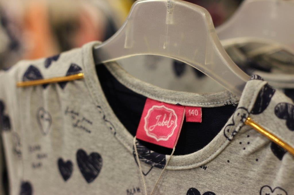 Jubel - Die niederländische Marke Jubel startete zunächst mit bunten Kleidern und wuchs mit der Zeit zu einer vollständigen Kollektion heran. Mit vielen bunten Sweatern, Longsleeves, Strumpfhosen, Kleidern und mehr zeigt Jubel ihre Freude an der Mode. Fröhliche, vielseitige und farbenfrohe Kollektionen gehören bei Jubel fest zum Programm. Die Mode ist für Mädchen in den Größen 92 bis 140 und schließt damit an die Babykollektion seiner Schwestermarke Feetje an.