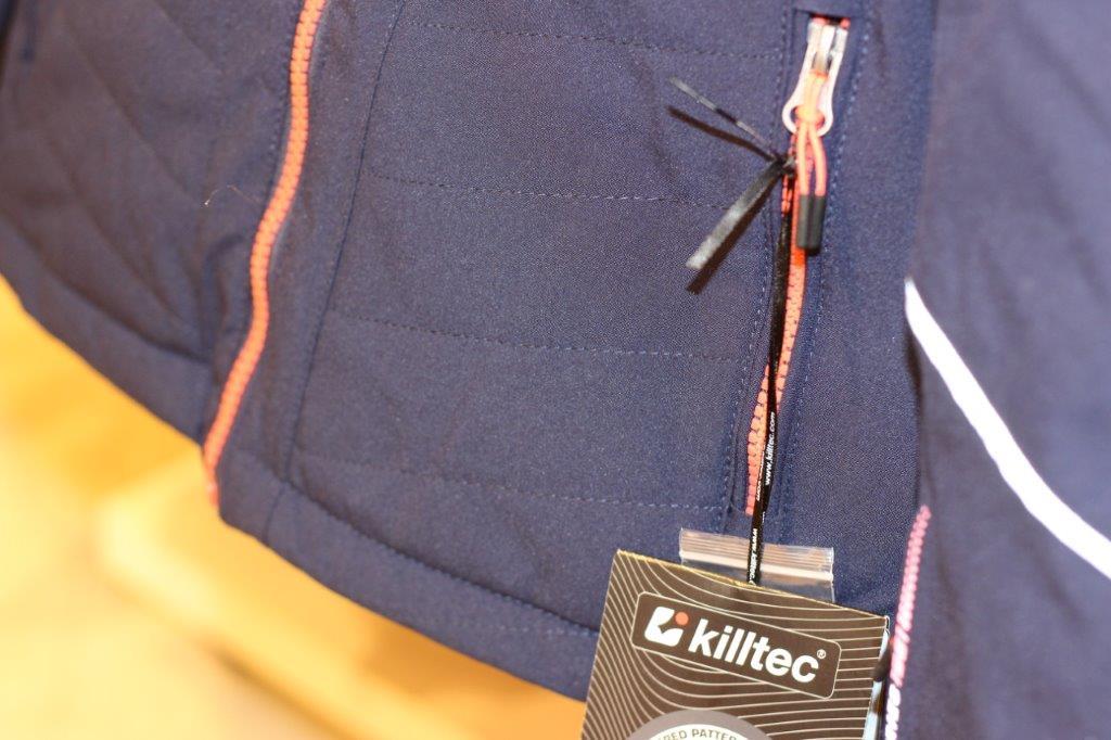 Killtec - Wetterfeste Outdoorkleidung von Killtec stattet Kinder für jedes Wetter bestens aus. Das große Angebot an Jacken hält Regenjacken, Softshelljacken, Funktionsjacken und viele weitere Modelle bereit, die Mädchen und Jungen an kühlen Tagen im Freien warm halten. In farbenfrohen und auch in schlichten Designs ist hier für jeden Geschmack eine passende Jacke dabei.
