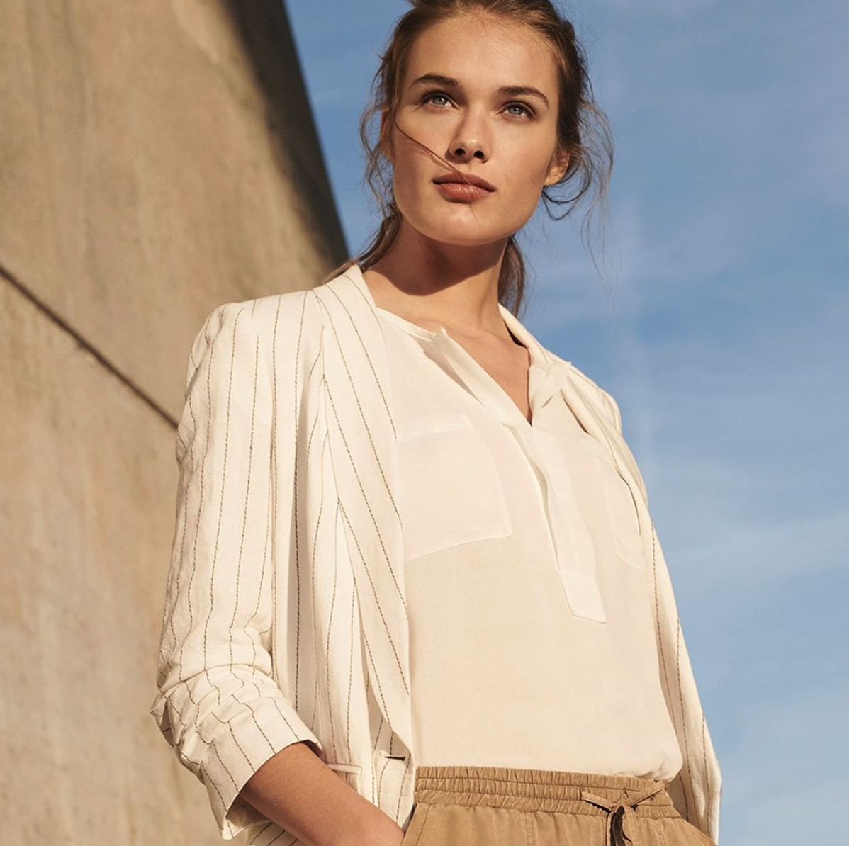 OPUS - Feminine Looks finden Sie bei Opus, einer Marke, die ihre Mode mit viel Liebe zum Detail gestaltet. Elegante Blusen mit lockerem Schnitt gibt es in verschiedensten Ausführungen. Dazu bietet die Marke Blazer, Cardigans und Strickjacken an. Bequeme und zugleich professionell wirkende Stoffhosen sind die perfekte Kombination zu den Oberteilen. Wenn Sie feminine und elegante Outfits für das Büro suchen, werden Sie hier fündig.