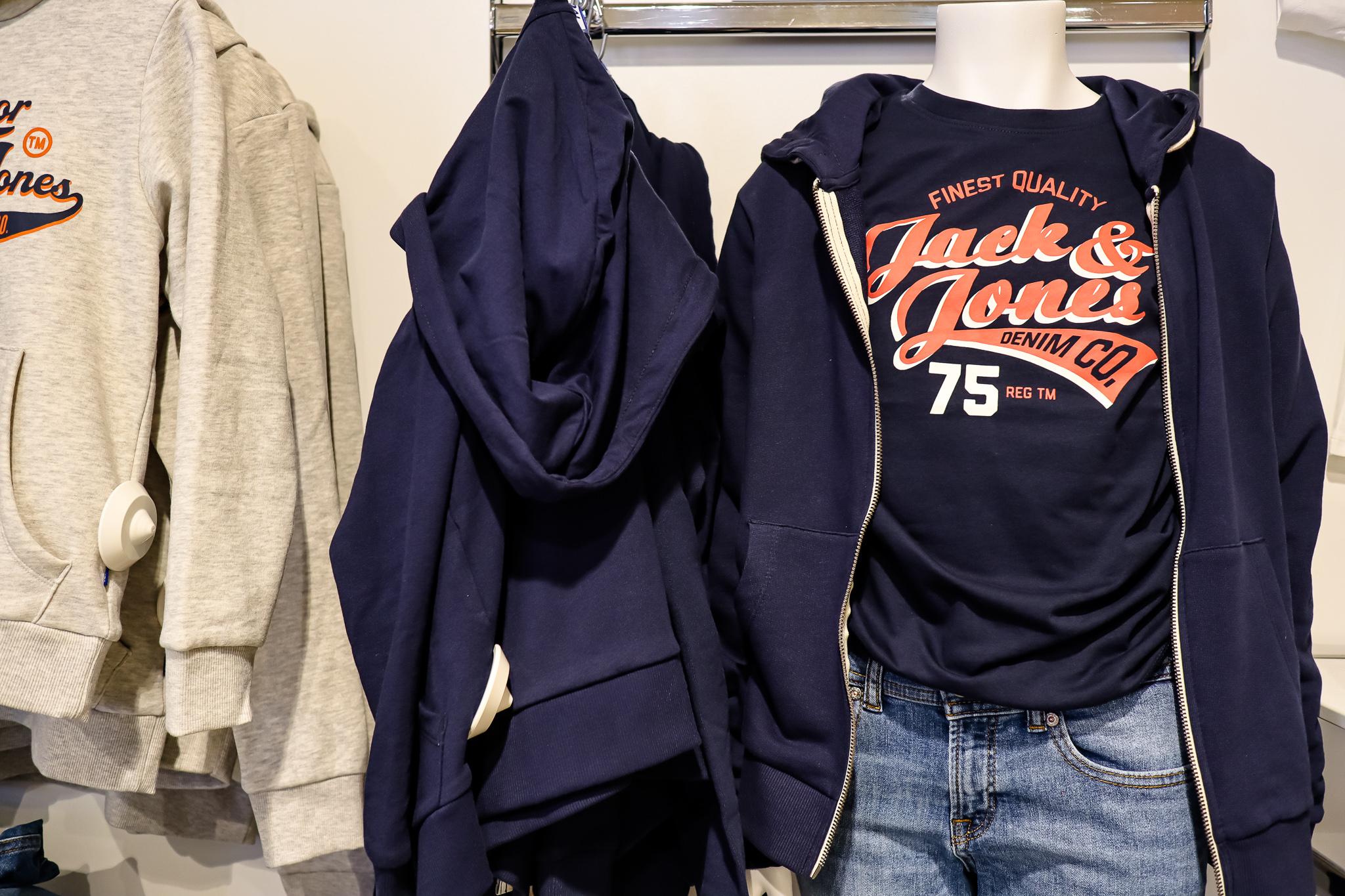 Jack & Jones - die beliebtesten Designs, nur ein paar Nummern kleiner. Die Herrenkollektion bieten wir bei Henken auch in Junior-Größen