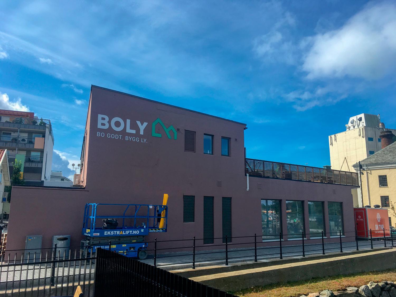 Boly-Gruppen-AS-profilering-kontor-mot-elv-3mm-ibond-CNCfres_.jpg
