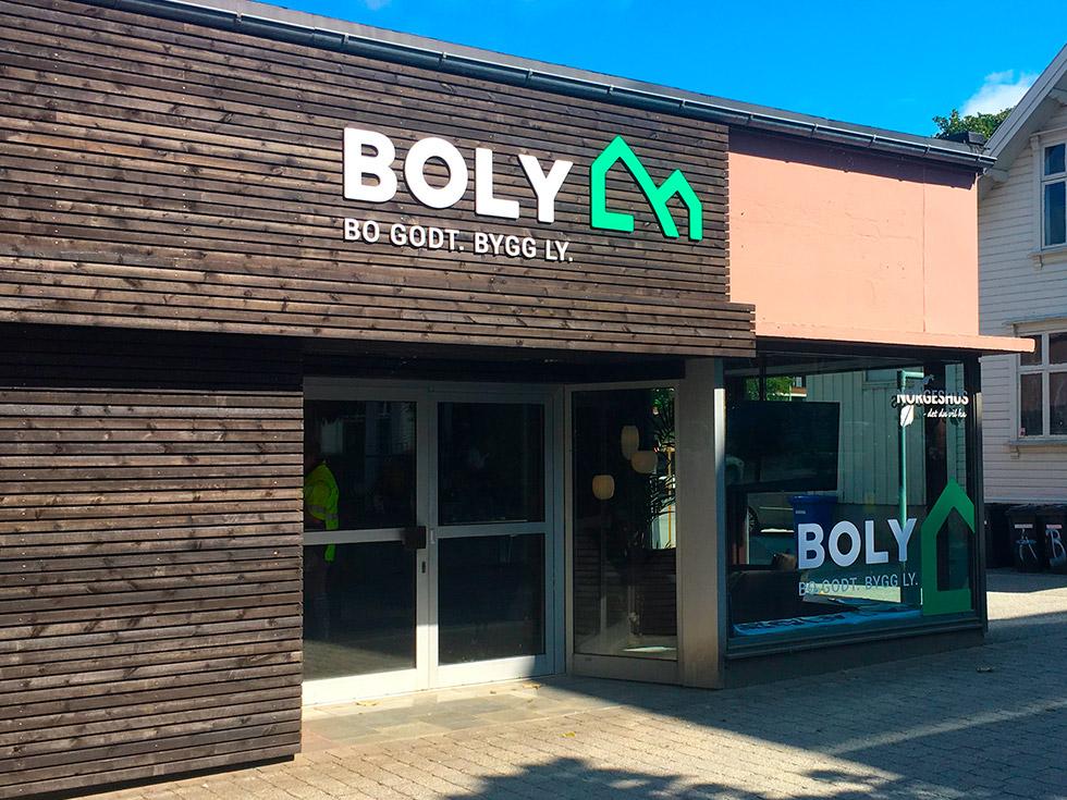 Boly-Gruppen-AS-profilering-kontor-mot-Storgata-vindus-dekor-og10mm-PVC-fres_.jpg