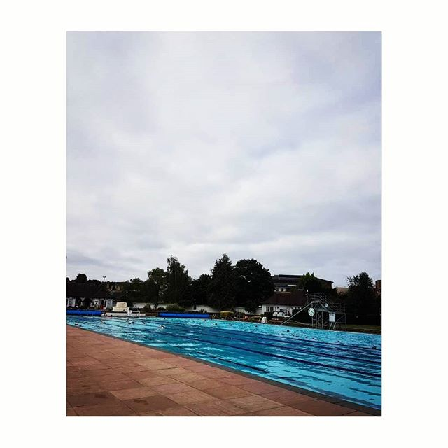 Best way to start the day 👊🏊♀️ #earlymorningswim #lido  ____________________________________________  #happyhumpday #fitness #morningworkout #cheltenham #greatwaytostarttheday #mummytime #lidomornings #swim