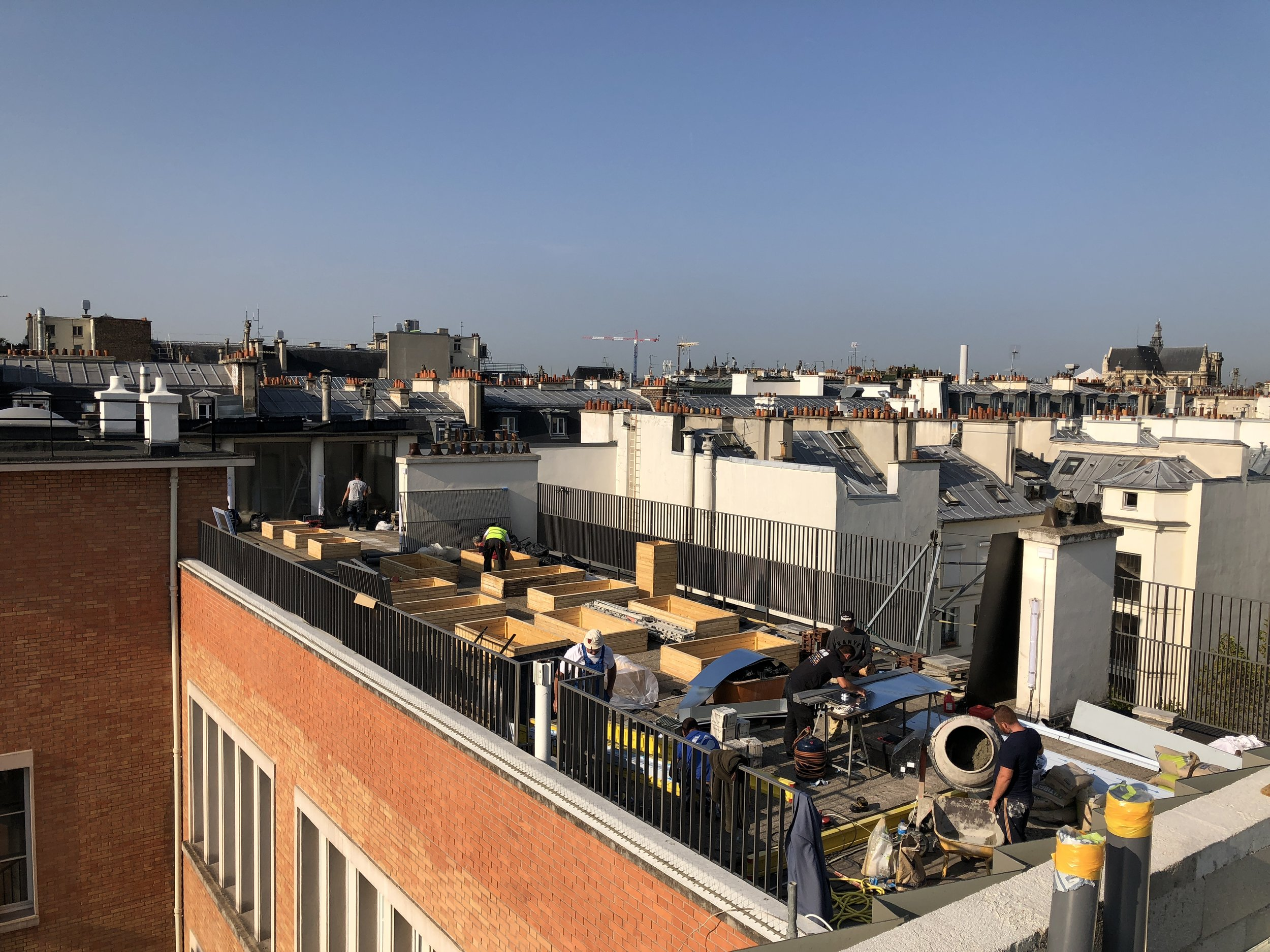 Chantier, Terrasse St Martin, Paris 3e - Chantier estival sur la toiture de l'école Saint Martin pour la création d'un jardin potager pédagogique dans le cadre du budget participatif de la ville de Paris.