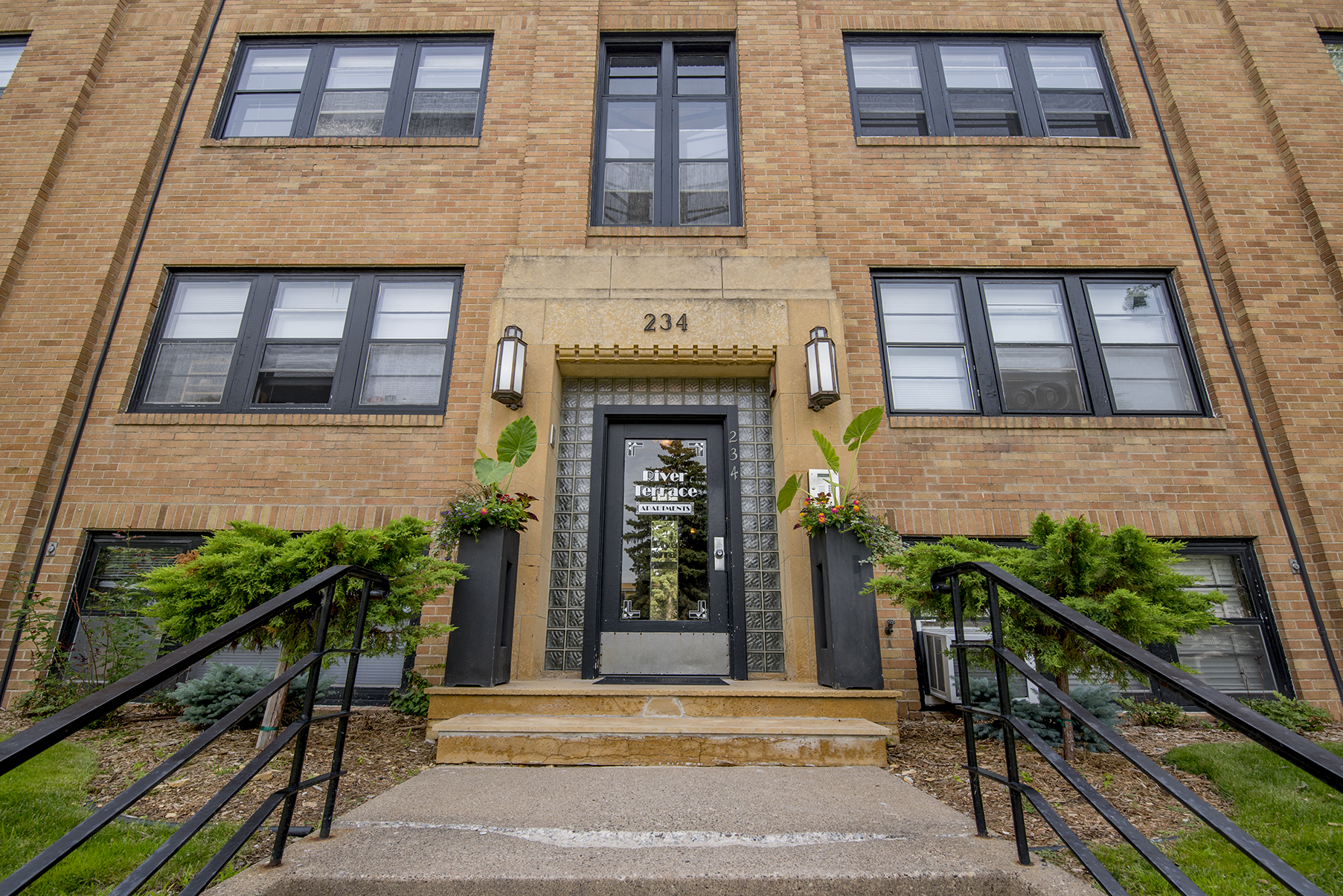 A great building in a great location - walk across the Lake Street Bridge in to Minneapolis, across the street to Town & Country or over to Summit Avenue!