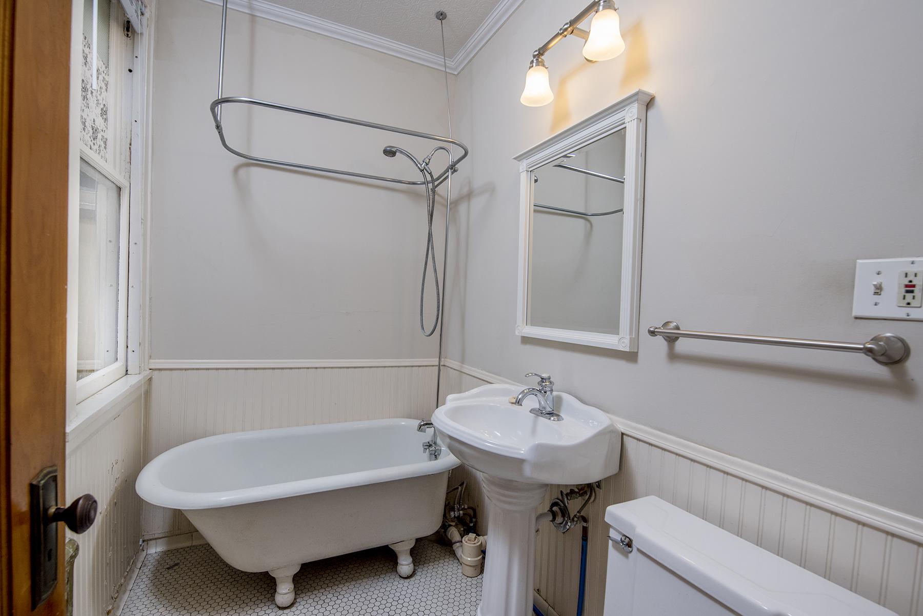 Full bathroom separates the 2 bedrooms.