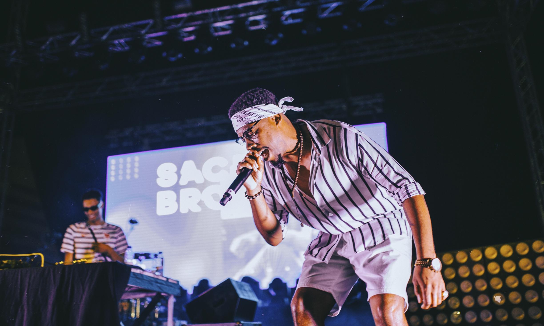 """SACIK BROW - Natural de Quarteira, Sacik Brow deu início à noite de concertos e mostrou que é um dos valores mais seguros do rap nacional. Acompanhado por Fragas e DJ Sanches, o MC tocou temas mais antigos como """"Histórias que Marcam"""" ou mais recentes como """"A Morte do Artista""""."""