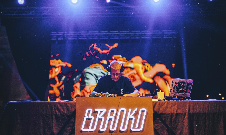 """BRANKO - Branko encerrou com pulso firme e mestria de quem já actuou para todo o tipo de públicos. Demorou a aquecer, mas faixas como """"MPTS"""" e """"Na Quebrada"""" obrigam o corpo a mover-se com intensidade desmedida. Não era por acaso que se viam pessoas a dançar na audiência, no backstage e em cima do palco.Branko soundcloud"""