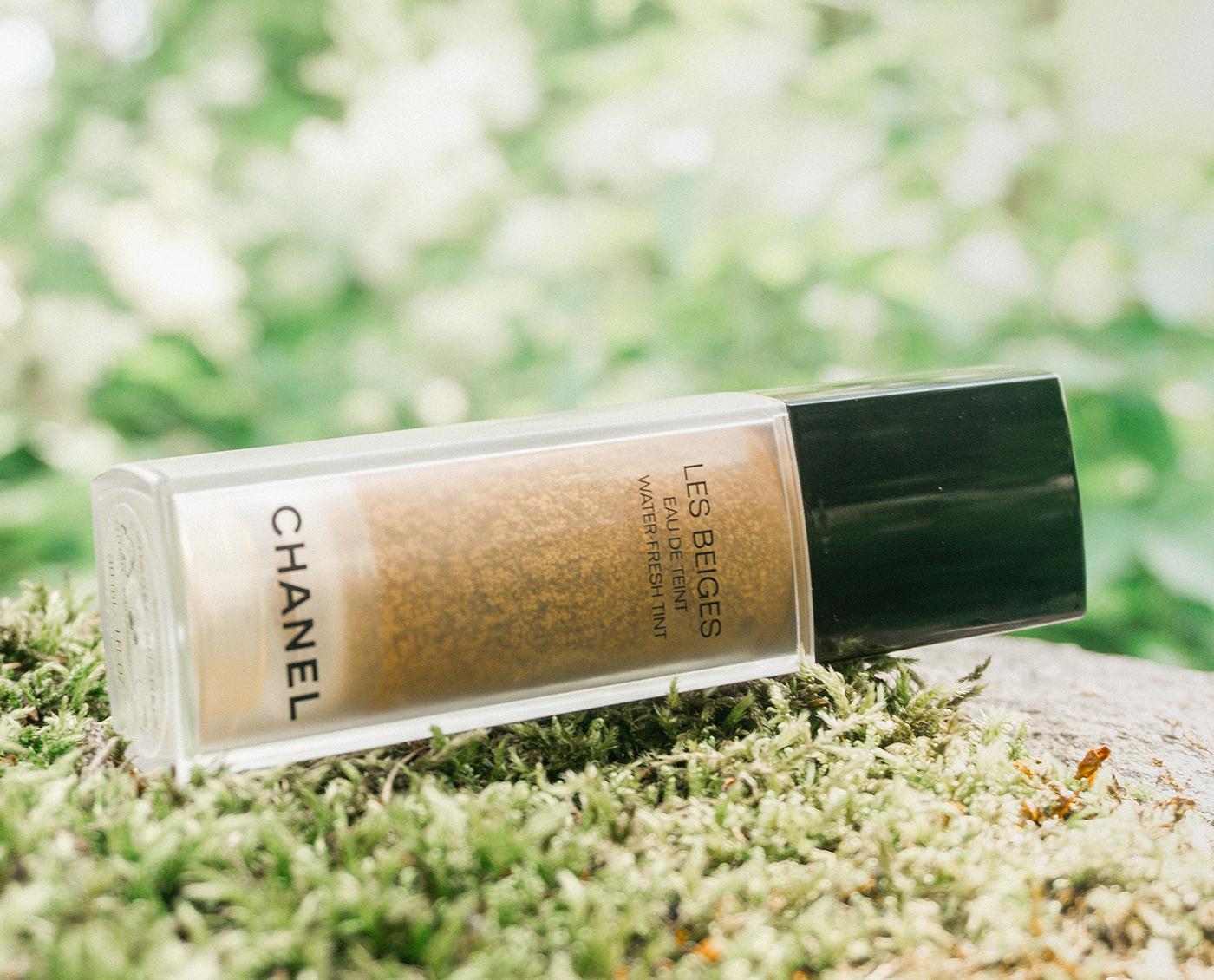 Chanel Les Beiges: Eau de teint laying on green moss
